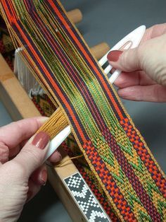 Daryl offers a full-day Inkle Weaving course on Sunday It's important to have a champion when learning something new or improving one's skills; Daryl Lancaster brilliantly champions weavers and seamstresses! While at the loom, she encourage… Inkle Weaving Patterns, Weaving Textiles, Tapestry Weaving, Loom Weaving, Loom Patterns, Card Weaving, Tablet Weaving, Loom Bands, Mochila Crochet