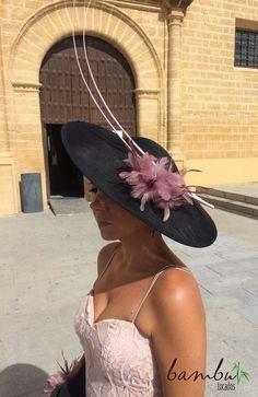 Base de tocado en rafia negra, con plumas en rosa empolvado, con bolso a juego en forma de media luna, adornado con plumas y broche en color negro.Estiloso y elegante para una boda de mañana e ir siempre perfecta! #bambutocados #artesanales #hechoamano #amedida #pamelas #sombreros #tocados #bodas #weddings #handmade #hechoconamor #madeinspain #invitadasperfectas #invitadasconestilo #bodasdeotoño #bodasdemañana #bodas2016 #estilo #elegancia #clase #invitadaschic  #hats