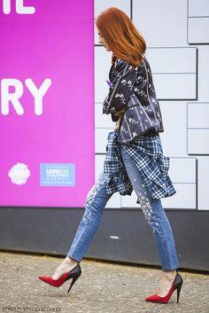 satin-flowery blazer, boyfriend jeans an stiletto. Great grunge look