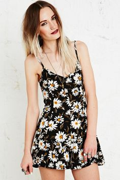 Kimchi Blue Playsuit in Daisy Print http://uoeur.pe/UOFlowerPower #UrbanOutfittersEurope #Flower #Floral