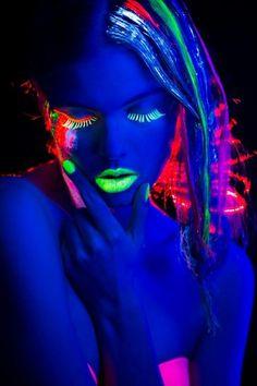 glow in the dark makeup Uv Makeup, Dark Makeup, Black Light Makeup, Tinta Neon, Neon Photography, Foto Fashion, New Wave, Neon Party, Neon Glow