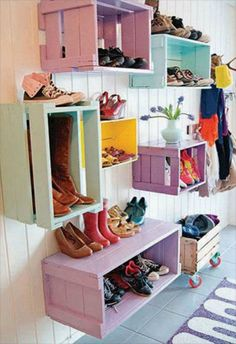 porta scarpe creato con cassette di legno.