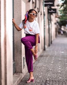 You rock girl! Summer Scarves, Scarf Summer, Purple Pants, Street Style Summer, Scarf Hairstyles, Fashion Story, E Design, Looking For Women, Spring Summer Fashion