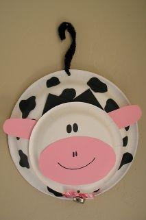 making this cow door hanger for Faith's birthday party :-) Doing a cow/f… - Nutztiere Kids Crafts, Daycare Crafts, Classroom Crafts, Cute Crafts, Toddler Crafts, Craft Projects, Craft Ideas, Farm Animal Crafts, Farm Crafts