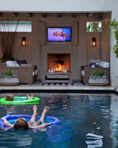 Quintal com piscina, TV e mais.