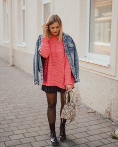 Winterboots, Oversized Pullover, Jeansjacke, kurzer schwarzer Rock, schwarze Strümpfe, Streetstyle, Herbstlook, Daily Style, Fashionblogger, Oversized Pullover, Fox, Hipster, Sweaters, Outfits, Dresses, Fashion, Short Black Skirts, Black Stockings