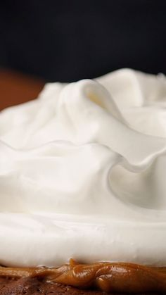Hot chocolate and whipped cream with coconut - Clean Eating Snacks Sweet Recipes, Cake Recipes, Dessert Recipes, Lemond Curd, Lemon Health Benefits, Tasty, Yummy Food, Cakes And More, Food Videos