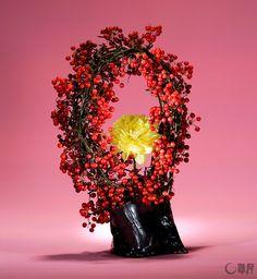 クリスマスを意識してさんきらいをリース状にしました。ボリューム感の中に、花の色を際立たせるようにと、中央に黄色のダリアを添えました。花材:さんきらい、ダリア 花器:自作陶器花器 The China root is made into a wreath with Christmas in mind. The yellow dahlia is added in the center so that the color of the flower shines out from the volume of the halo-shaped wreath. Material:China root, Dahlia Container:Self-made ceramic vase  #ikebana #sogetsu