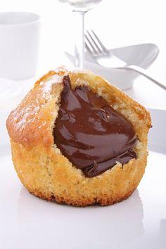 Muffins cœur nutella ---Ingrédients pour 12 personnes :::: 100 gr de pâte à tartiner chocolat-noisette (Nutella); 280 gr farine; 1/2 sachet levure chimique; 1 sachet sucre vanillé; 2 oeuf; 100 gr sucre en poudre; 100 gr beurre fondu; 10 cl lait demi-écrémé; 1 pot yaourt nature.