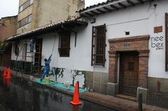 """Mientras pintan la fachada la galería esta abierta. Hoy hasta las 6pm. Exposición """"Rigor Mortis"""""""