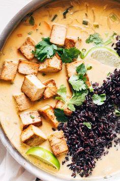 ginger + lemongrass infused thai soup with crispy tofu and wild rice Mit Ingwer und Zitronengras angereicherte Thai-Suppe mit knusprigem Tofu und Wildreis (vegan + glutenfrei) Veggie Recipes, Asian Recipes, Soup Recipes, Whole Food Recipes, Cooking Recipes, Healthy Recipes, Thai Recipes With Tofu, Thai Vegetarian Recipes, Thai Vegan