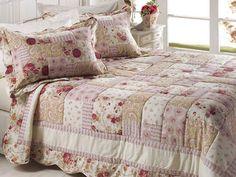A colcha de retalhos que antigamente era utilizada por economia, hoje é muito valorizada por ser uma decoração feita à mão, as colchas, ...