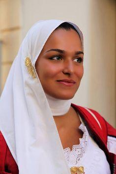 La ragazza indossa L'Abito tradizionale di Nuoro.. Ph Bruno Tore