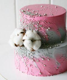 АААААА!! Сколько комментариев собрал предыдущий тортик!! Офигеть!! Друзья, спасибо! Надеюсь, что этот красавчик понравится вам не меньше! Мне симпатизируют люди, у которых есть вкус. Я обожаю людей, которые делают своими руками такие вещи, от которых не можешь оторвать глаз! Сегодня день рождения у моей Любы @artbouquet, с которой судьба свела меня здесь - в Инстаграме, и этот тортик я сделала для неё в подарок ☺ Внутри мой любимейший бисквит имени Королевы Виктории с ароматной ц...