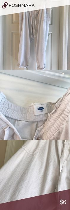 XL white linen capris EUC white capris. I cut tag out because it was scratching me. I used these during my pregnancy because they ran big. So comfortable! Old Navy Pants Capris