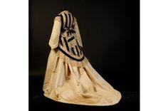 Runous ja ahdistus: Viktoriaaninen naiskuva ja muoti Aleksandr Vassiljevin kokoelman valossa -näyttely on rautaisannos 1800-luvulla vallinneeseen muotisuuntaukseen. Sille oli tyypillistä mm. vannehameet, korsetit ja korkeat kaulukset. Aikakautta leimasi yläluokan piirissä tiukka tapakulttuuri ja kontrolli. Muotia esitellään pitkän linjan muodintuntijan Aleksandr Vassiljevin kokoelman kautta. Näyttely on esillä Kumussa  2.7.-30.10. #eckeröline #tallinna #kumu
