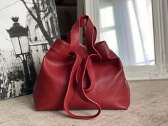 sac-cabas-cuir-grainé-rouge (12) Tote Bag, Madewell, Bags, Fashion, Nice Purses, Italian Leather, Leather Working, Red Leather, Handbags