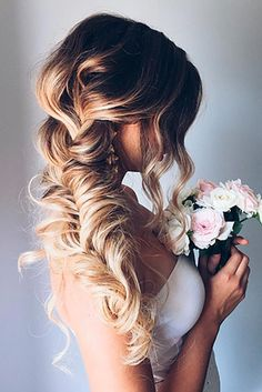Christmas hairstyles are the right things to brighten your holidays. See our collection of perfect Christmas hairstyles.