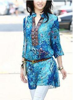 Blusa de gasa larga, estampado floral en color azul y detalle de bordado en el cuello