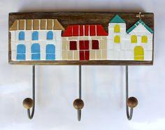 Cabideiro em madeira maciça, com mosaico feito em pastilhas de vidro. <br>Vem com três ganchos de ferro com bolinhas de madeira. Ideal para organizar bolsas, roupas, capas de chuvas, toalhas, guardanapos... <br> <br>Tamanho: 17 cm de largura x 18 cm de comprimento.
