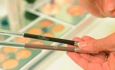 5. Para tener unas cejas muy naturales, lo mejor es mezclar dos colores: primero un castaño y luego un marrón.