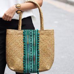 As bolsas de palha são as queridinhas da estação! Love love 😍❤️ #bolsadepalha #trends #summer #praia #verao #lookdodia