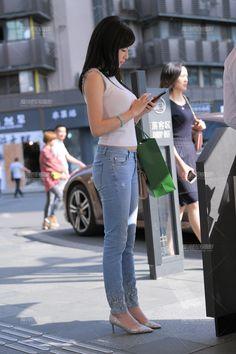 【补档】妳在等待着谁~-魔镜原创摄影-魔镜街拍_魔镜原创_原创街拍_高清街拍_街拍美女_搭讪美女_紧身美女_遇到最好的街拍摄影作品! Baby Girl Pictures, Hair Loss, Jeans Style, Asian Beauty, Indian, Lady, Beautiful Asian Women, Asian Woman, Pretty Asian Girl