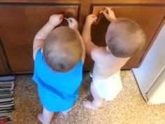 Watch this and I dare you NOT to laugh! Adorable Twins Find Rubber Bands Hilarious