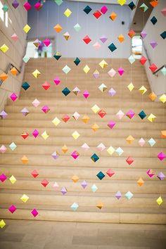 jolie deco noel exterieur avec guirlande de Noël en papier coloré