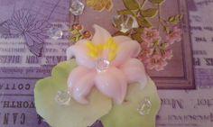 """Мыло-сувенир """"Лилия"""" Мыло ручной работы из безвредной основы, с использованием льняного масла и масло авакадо, и пищевых красителей. Имеет нежный запах розы."""