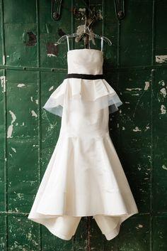 Tendance Robe De Mariée 2018 : Peplum Oscar de la Renta gown: www. Hanging Wedding Dress, Bridal Gowns, Wedding Gowns, Peplum Gown, White Wedding Dresses, White Weddings, Nyc, Oscars, Bridal Style