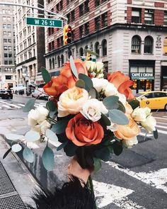 floral bouquet of roses in the city Flower Aesthetic, Planting Flowers, Flowers Garden, Flower Arrangements, Floral Arrangement, Beautiful Flowers, Wedding Flowers, Fall Flowers, Flowers Nature