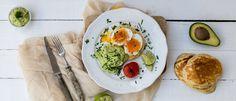 Eggs Benedict με κρέμα αβοκάντο Fresh Rolls, Avocado Toast, Guacamole, Eggs, Breakfast, Ethnic Recipes, Food, Kitchens, Morning Coffee