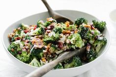 This delicious broccoli salad is a combination of broccoli, bacon, red onion, cranberries, sunflower seeds and goat cheese. And it's topped with a creamy mayonnaise yogurt dressing. Best Broccoli Salad Recipe, Salad Recipes With Bacon, Healthy Broccoli Salad, Raw Broccoli, Salad Recipes Video, Healthy Salad Recipes, Kale, Brocolli Salad, Cauliflower Salad