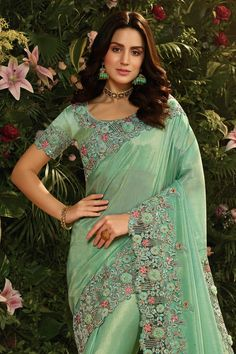 Saree Designs Party Wear, Party Wear Sarees, Saree Blouse Designs, Indian Beauty Saree, Indian Sarees, South Silk Sarees, Silk Sarees With Price, Simple Sarees, Bridal Photoshoot