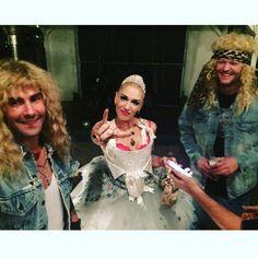 Pin for Later: Seht alle Halloween-Kostüme der Stars Adam Levine und Blake Shelton als Glam-Rocker und Gwen Stefani als Punk Rock Prinzessin