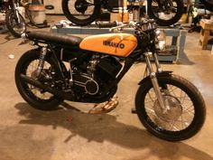 "1972 Yamaha R5 350 build   ""A Clockwork Orange"""