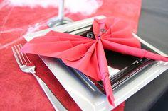 ce pliage de serviette en forme de chauve souris est absolument parfait pour finaliser cette table halloweennapkin
