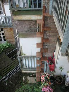 CAT -LADDERS stie: Amsterdam. These steps could be used inside too:) #cats #CatClimbing #CatStairs