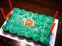 Football cupcake cake no football in center. Made like a field w small football players on it Football Cupcake Cakes, Football Desserts, Cupcake Cookies, Pull Apart Cupcake Cake, Pull Apart Cake, Football Birthday, Sports Birthday, Sport Cakes, Cute Cupcakes