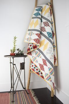 Totem Quilt : FREE PATTERN at Cloud 9 Fabrics. Displayed on a quilt ladder made from bamboo poles... great idea