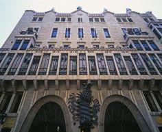 Palácio construído em Barcelona entre 1886 e 1888 para a contagem Eusebio Guel e sua família. Este foi o primeiro trabalho em grande escala por Gaudi de manifestar claramente a busca de novas idéias em construção, bem como uma interpretação totalmente pessoal, inovador dos estilos históricos, com elementos mouriscos. O edifício está centrado em um espaço vertical grande coroado por uma grande cúpula parabólica com janelas em forma de estrela.