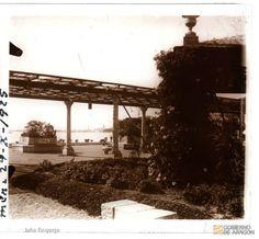 Los Baños del Carmen fueron punto de encuentro y diversión en Málaga, en los años 20 y 30 del pasado siglo. Su oferta de ocio y entretenimiento, era amplia, toda una innovación en la época, ya que representaban la modernidad y un nuevo concepto de los baños de mar y de sol. Contaban con servicio de tranvía, restaurante, parque de atracciones, quioscos, pistas de baile, campos de fútbol y tenis, embarcadero, o cine. Fot. Julio Requejo, DARA.