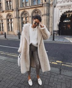 pin╳ mostlymaya Oversized Sweater Outfit, Fur Coat Outfit, Sweater Fashion, Sweater Outfits, Tägliche Outfits, Fashion Outfits, Womens Fashion, Travel Outfits, Fashion Clothes