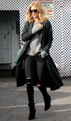 Rosie Huntington-Whiteley usa calça preta, tricot cinza, overcoat e bota.