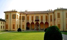 Il castello di Torre d'Isola, non molto lontano da Pavia, ci racconta una storia piena di intrighi  e di un fantasma che, ancora oggi, si aggirerebbe nelle sale del maniero.