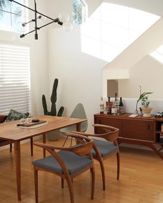 Mid-century dining room with wooden table, chairs and sideboard Wooden Dining Room Chairs, Mid Century Dining Chairs, Living Room Chairs, Dining Rooms, Dining Room Lighting, Kitchen Lighting, Bauhaus, Interiores Design, Home Interior Design