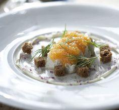 Michael Björklundin ranskankermassa graavattujen silakoidenkoristeena on mätiä ja Ahvenmaan mustan leivän kuutioita. Sekoita etikka, vesi, so…