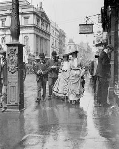 Your number one source for Edwardian History, with a bit of Gilded Age America, Belle Epoque France, WWI, the Roaring Twenties and women's history thrown into the mix. Posts by Evangeline Holland (past: Diana Sousa) Edwardian Promenade Vintage Pictures, Old Pictures, Vintage Images, Old Photos, Victorian London, Vintage London, Victorian Era, Edwardian Era, Victorian Street