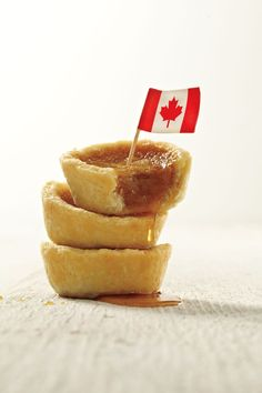 The country is divided. No, not just about the Oilers versus the Habs, or the Leafs duelling with the Sens. It's about how you line up when it comes to butter tarts – gooey or custardy? This recipe sides with the custardy, and instead of making bake Maple Syrup Recipes, Canadian Cuisine, Canadian Food, Canadian Living Recipes, No Bake Desserts, Delicious Desserts, Dessert Recipes, Dessert Ideas, Kitchens
